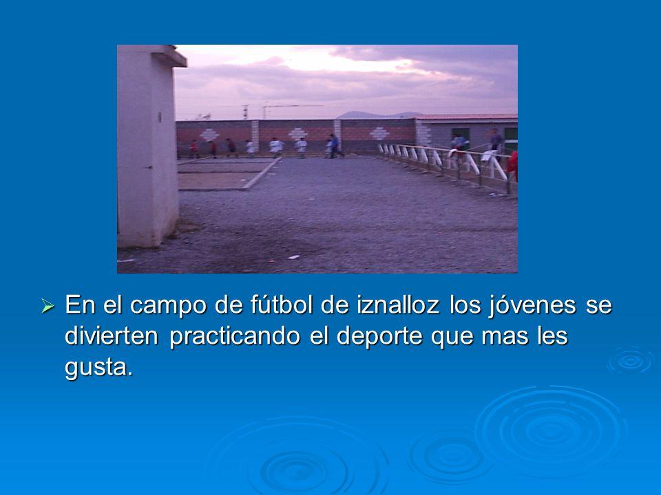 En el campo de fútbol de iznalloz los jóvenes se divierten practicando el deporte que mas les gusta. En el campo de fútbol de iznalloz los jóvenes se