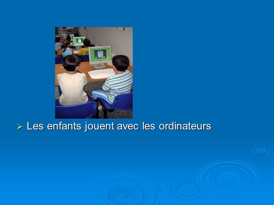 Les enfants jouent avec les ordinateurs Les enfants jouent avec les ordinateurs