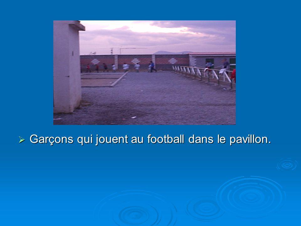 Garçons qui jouent au football dans le pavillon. Garçons qui jouent au football dans le pavillon.