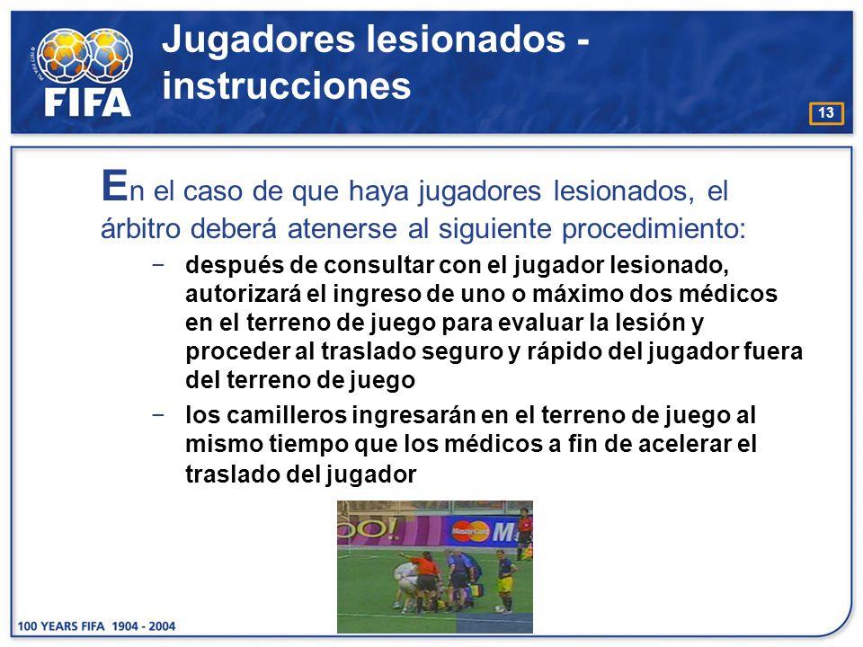 13 E n el caso de que haya jugadores lesionados, el árbitro deberá atenerse al siguiente procedimiento: después de consultar con el jugador lesionado,