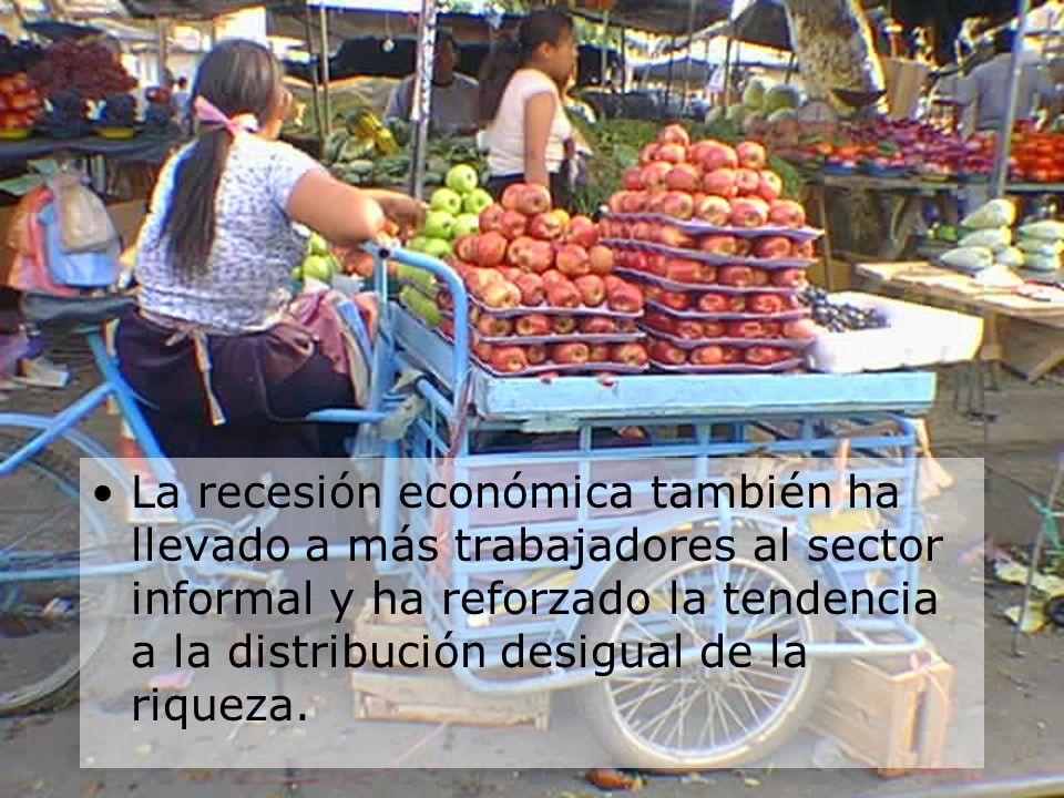 La recesión económica también ha llevado a más trabajadores al sector informal y ha reforzado la tendencia a la distribución desigual de la riqueza.