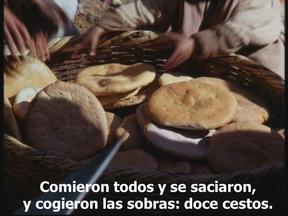 los partió y se lo dio a los discípulos para que los sirvieran a la gente.