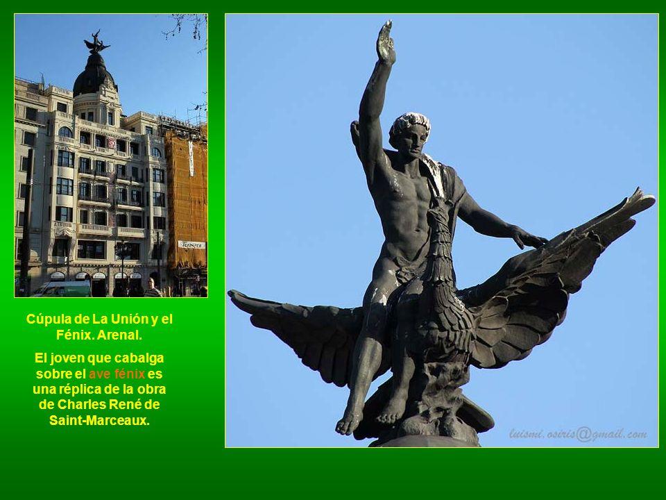 Cúpula de La Unión y el Fénix. Arenal. El joven que cabalga sobre el ave fénix es una réplica de la obra de Charles René de Saint-Marceaux.