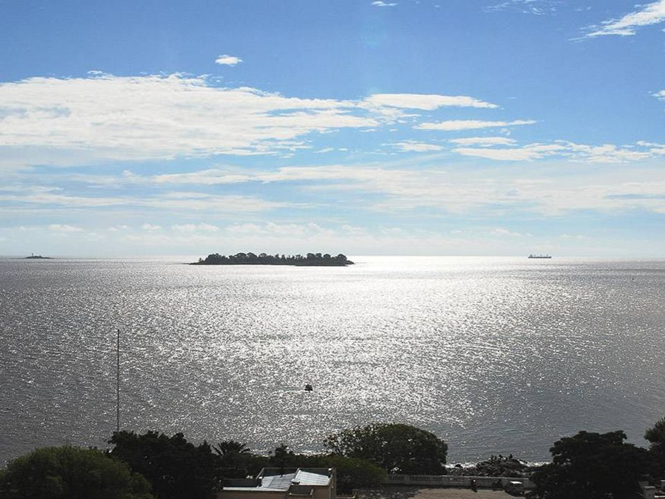 Vale aclarar que sus aguas son calmas, dulces, tibias y de color marrón rojizo debido a los sedimentos que llegan arrastrados por el Paraná y el Urugu