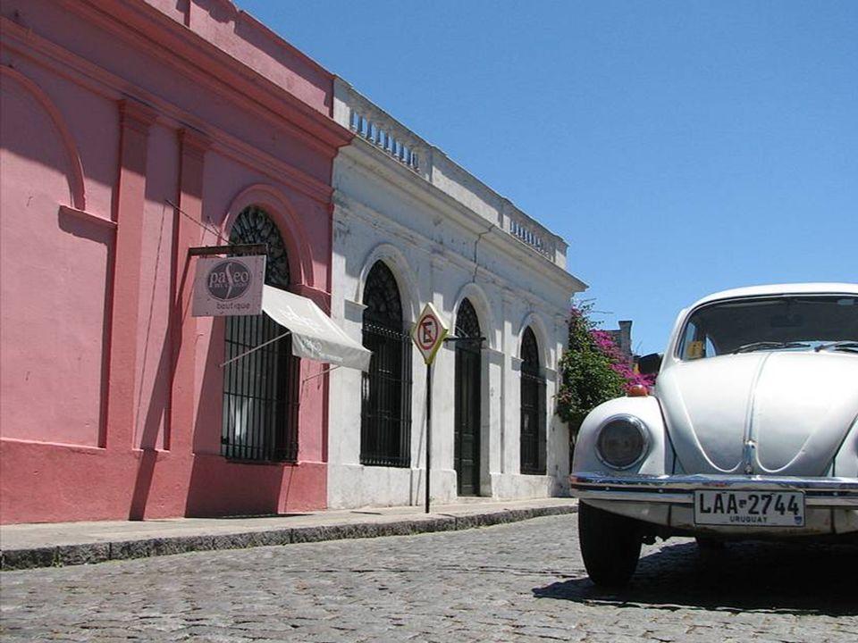 En Colonia, así como en todo Uruguay, podemos ver muchos autos antiguos rodando por las calles, verdaderas reliquias.