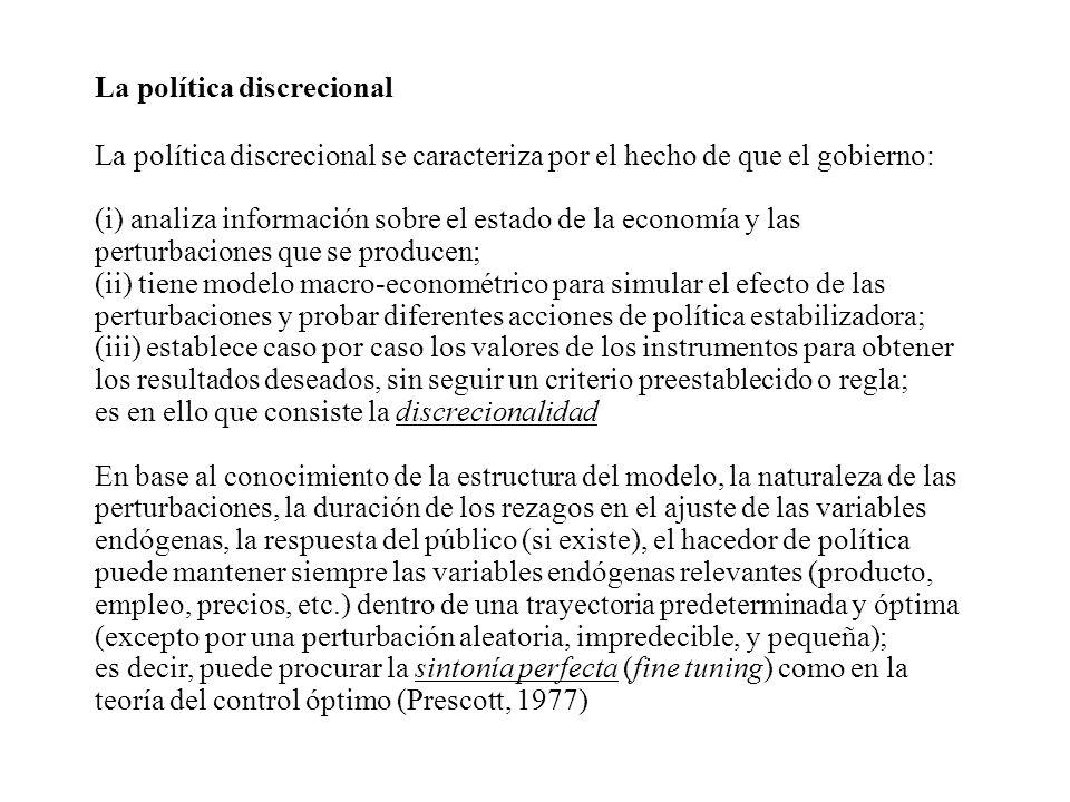 La política discrecional La política discrecional se caracteriza por el hecho de que el gobierno: (i) analiza información sobre el estado de la econom