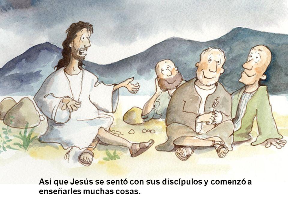 Así que Jesús se sentó con sus discípulos y comenzó a enseñarles muchas cosas.