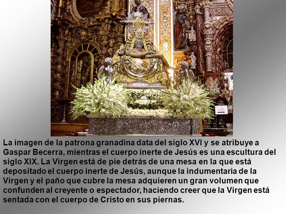 La imagen de la patrona granadina data del siglo XVI y se atribuye a Gaspar Becerra, mientras el cuerpo inerte de Jesús es una escultura del siglo XIX.