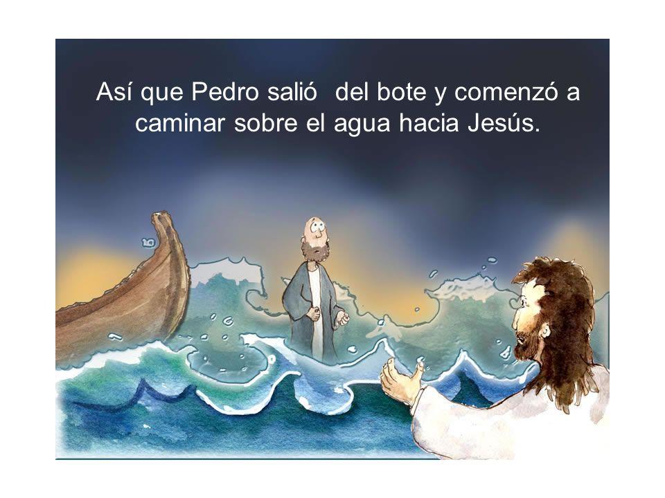 Así que Pedro salió del bote y comenzó a caminar sobre el agua hacia Jesús.