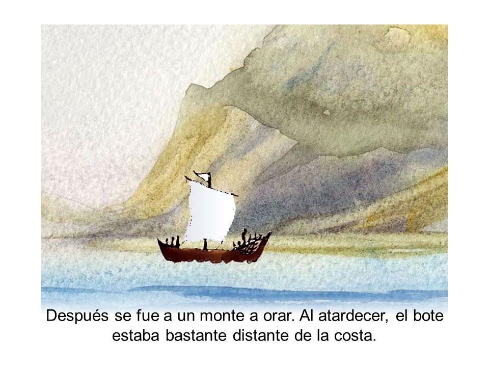 Después se fue a un monte a orar. Al atardecer, el bote estaba bastante distante de la costa.