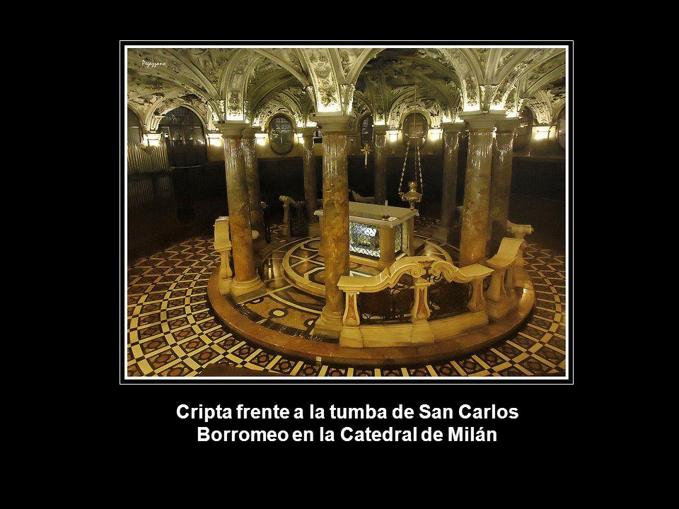 Cripta frente a la tumba de San Carlos Borromeo en la Catedral de Milán