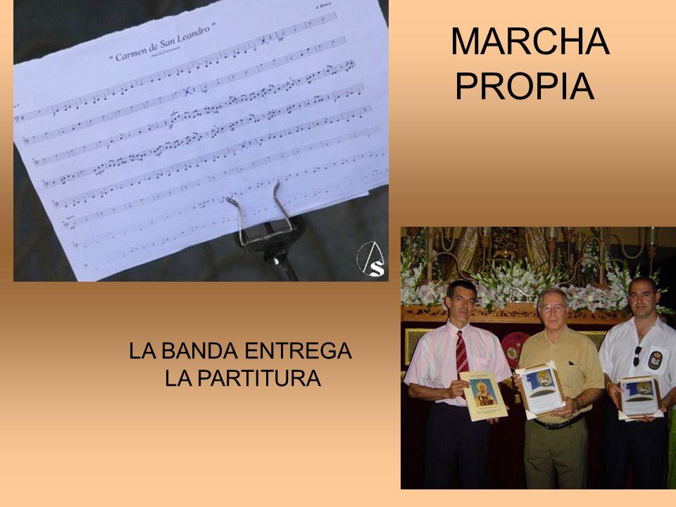 MARCHA PROPIA LA BANDA ENTREGA LA PARTITURA