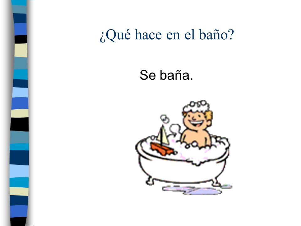 ¿Qué hace en el baño? Se ducha.