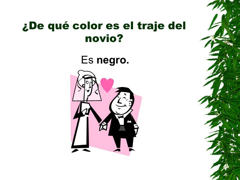 ¿De qué color es el traje del novio? Es negro.