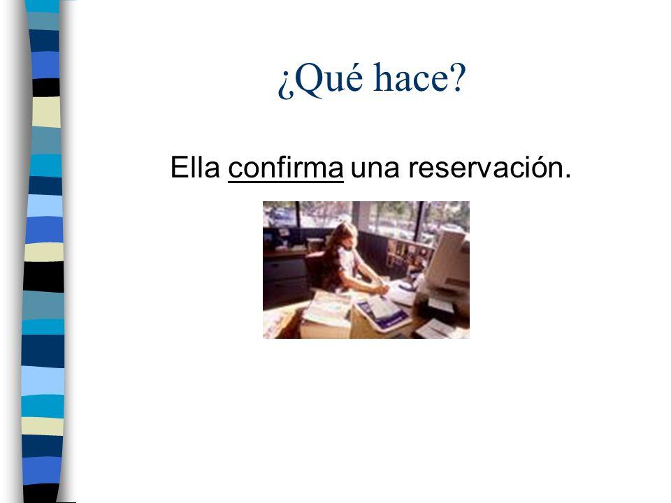 ¿Qué hace? Ella confirma una reservación.