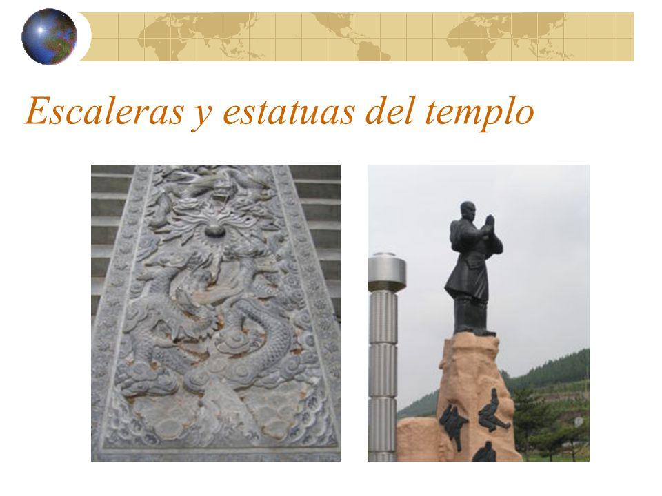 Escaleras y estatuas del templo