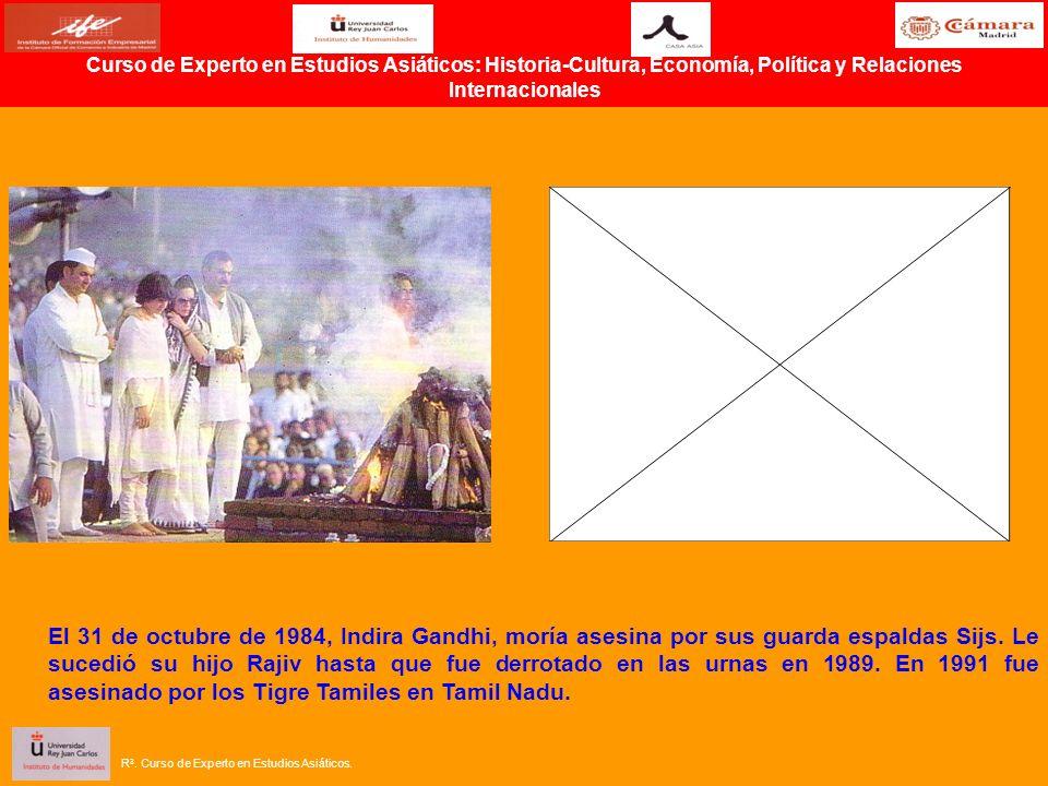 El 31 de octubre de 1984, Indira Gandhi, moría asesina por sus guarda espaldas Sijs. Le sucedió su hijo Rajiv hasta que fue derrotado en las urnas en