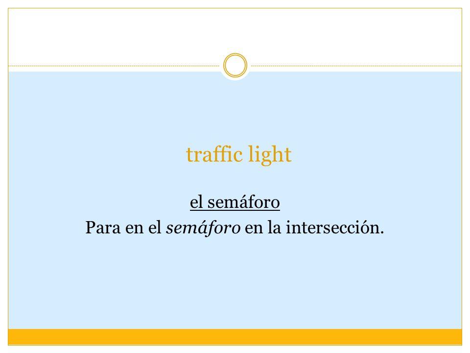 traffic light el semáforo Para en el semáforo en la intersección.