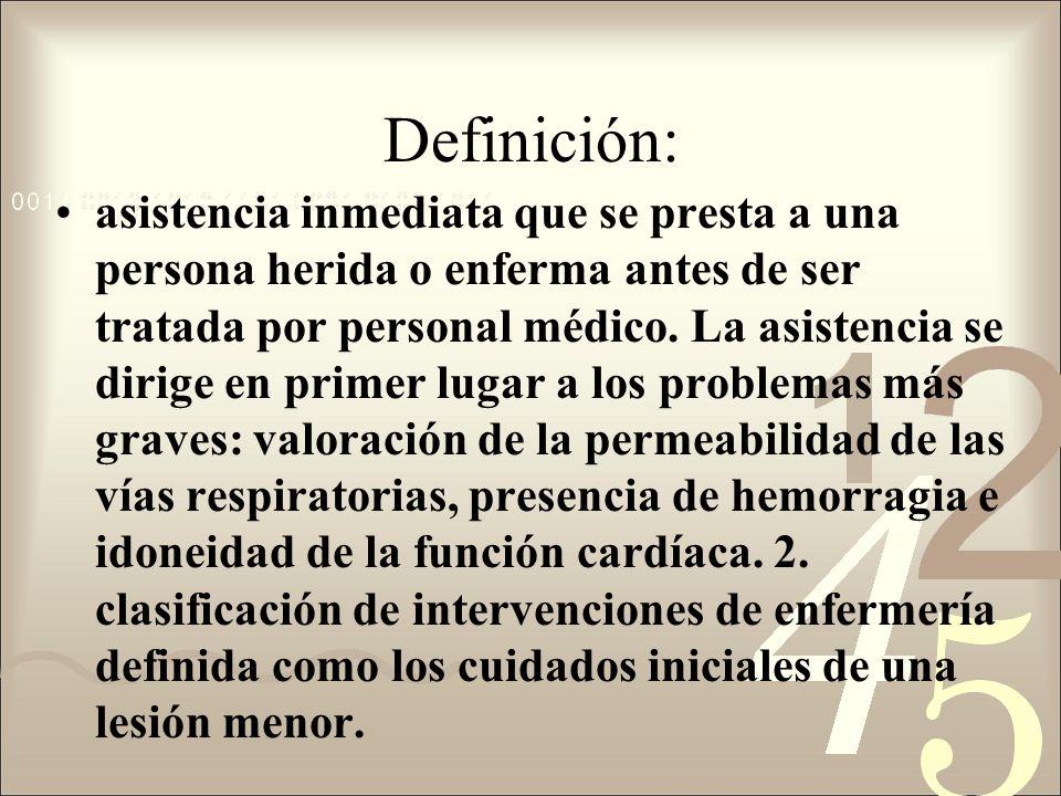 Definición: asistencia inmediata que se presta a una persona herida o enferma antes de ser tratada por personal médico.