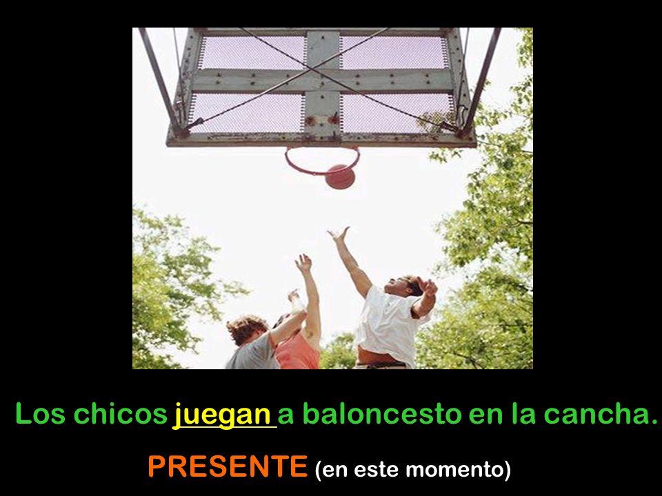 Los chicos juegan a baloncesto en la cancha. PRESENTE (en este momento)