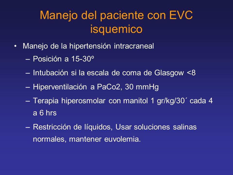 Manejo del paciente con EVC isquemico Manejo de la hipertensión intracraneal –Posición a 15-30º –Intubación si la escala de coma de Glasgow <8 –Hiperv