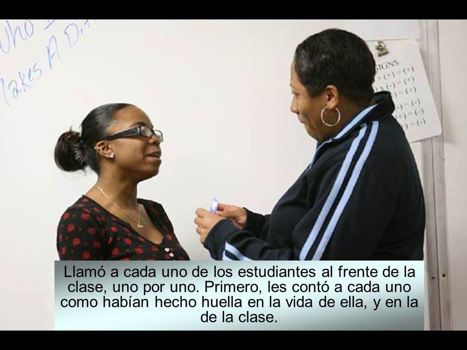 Una maestra de Nueva York decidió honrar a cada uno de los alumnos que estaban a punto de graduarse en el colegio, hablándoles de la huella que cada u