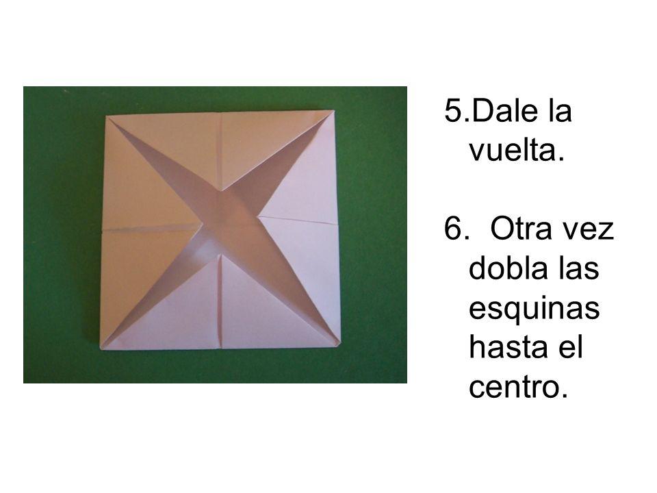 5.Dale la vuelta. 6. Otra vez dobla las esquinas hasta el centro.