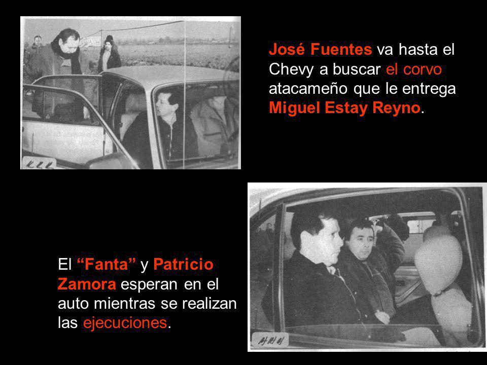 José Fuentes va hasta el Chevy a buscar el corvo atacameño que le entrega Miguel Estay Reyno. El Fanta y Patricio Zamora esperan en el auto mientras s