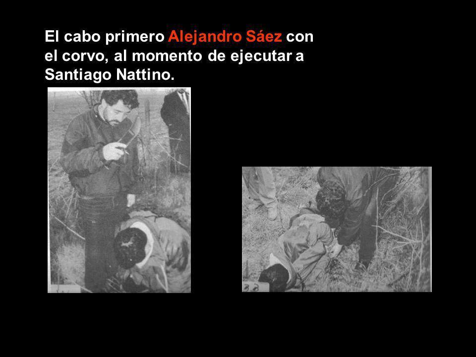 El cabo primero Alejandro Sáez con el corvo, al momento de ejecutar a Santiago Nattino.