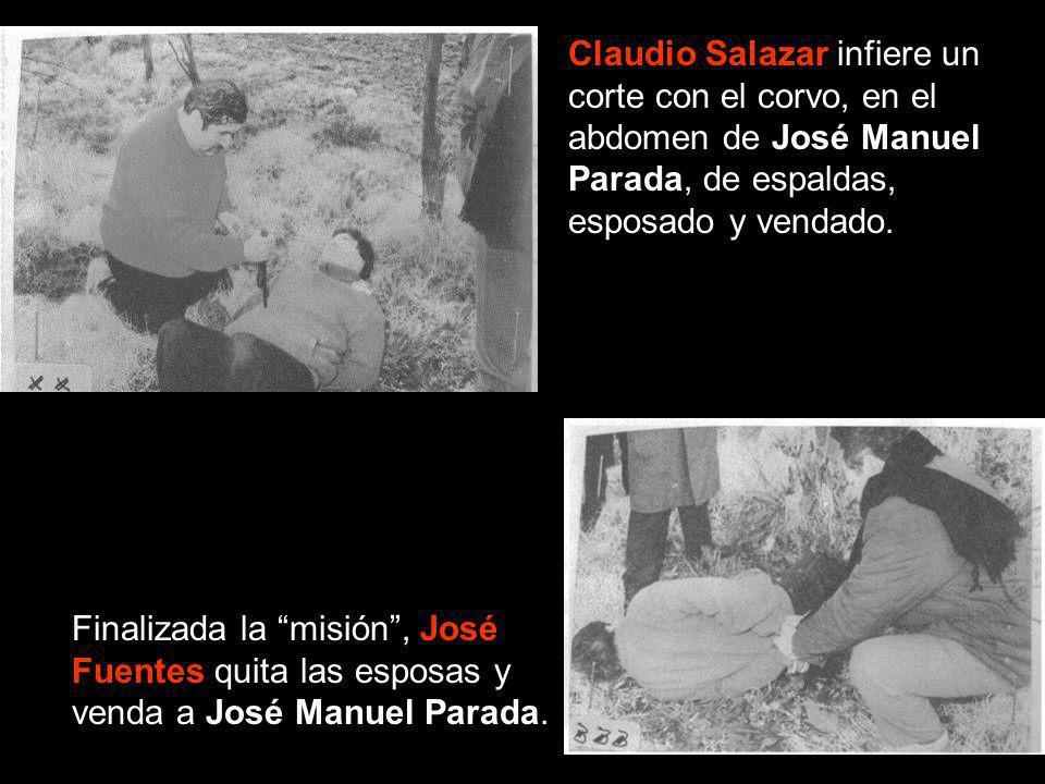 Claudio Salazar infiere un corte con el corvo, en el abdomen de José Manuel Parada, de espaldas, esposado y vendado. Finalizada la misión, José Fuente