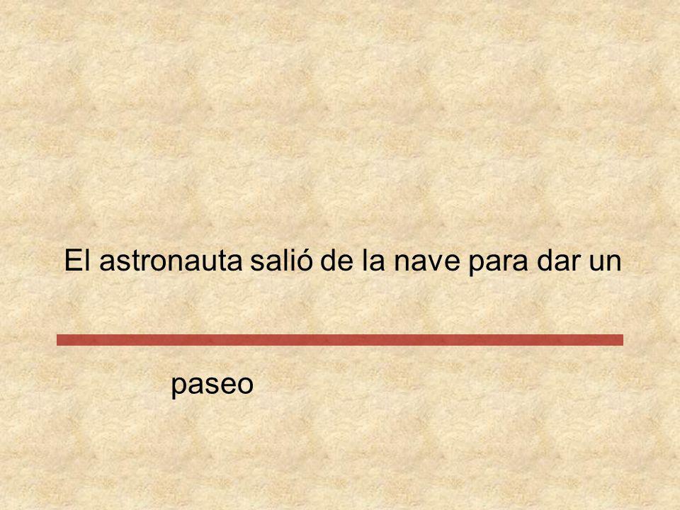 El astronauta salió de la nave para dar paseo un