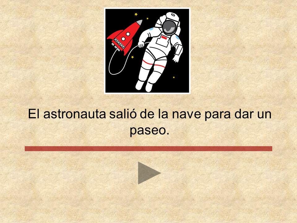 El astronauta salió de la nave para dar un paseo