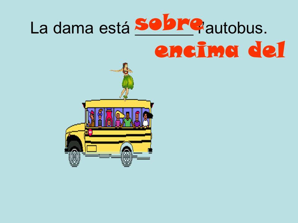 Los alumnos están _______ el autobús. en dentro del