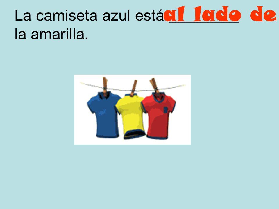 La camiseta amarilla esta _________ la azul y la roja. entre