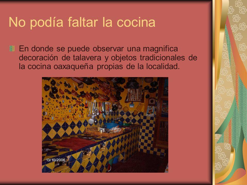 No podía faltar la cocina En donde se puede observar una magnifica decoración de talavera y objetos tradicionales de la cocina oaxaqueña propias de la