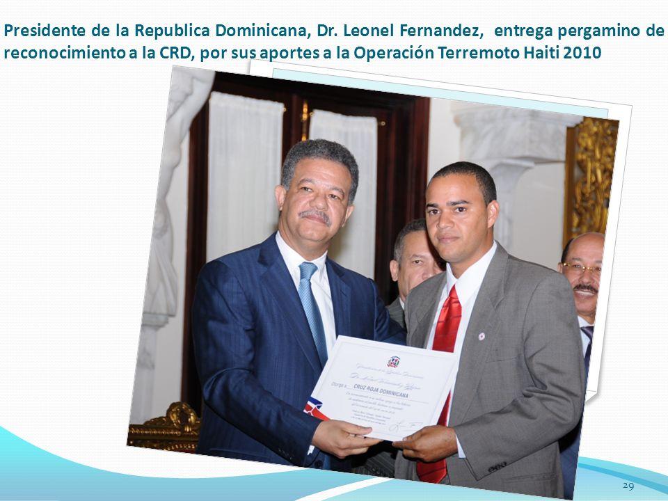 Presidente de la Republica Dominicana, Dr. Leonel Fernandez, entrega pergamino de reconocimiento a la CRD, por sus aportes a la Operación Terremoto Ha
