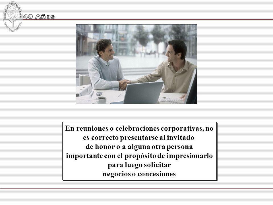 En reuniones o celebraciones corporativas, no es correcto presentarse al invitado de honor o a alguna otra persona importante con el propósito de impr