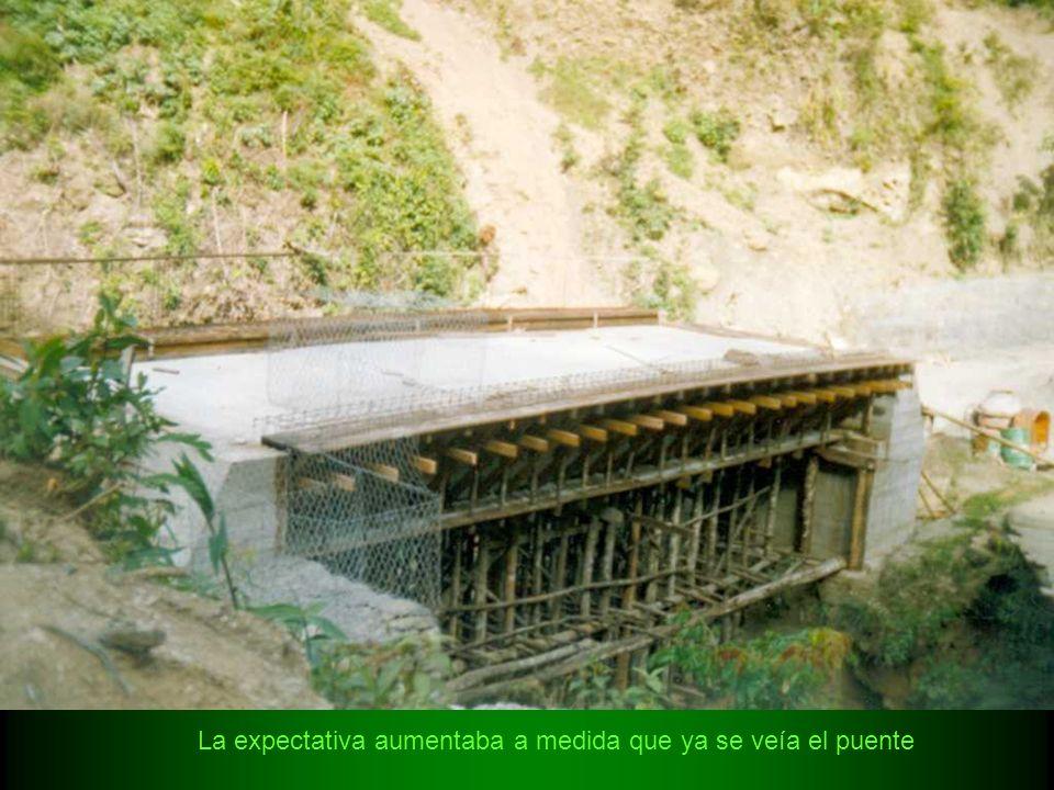 La expectativa aumentaba a medida que ya se veía el puente