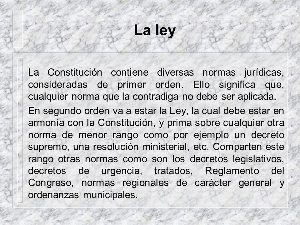 La norma jurídica Una norma jurídica es un mandato que contiene un supuesto que, de verificarse en la realidad, debe ser seguido por una consecuencia.