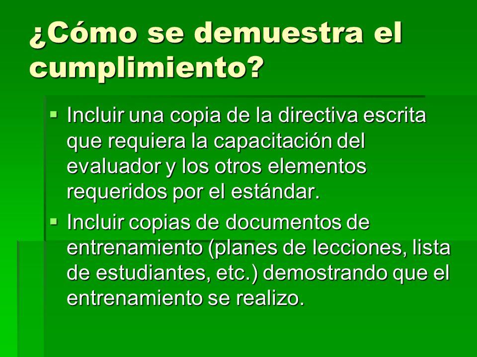 ¿Cómo se demuestra el cumplimiento? Incluir una copia de la directiva escrita que requiera la capacitación del evaluador y los otros elementos requeri
