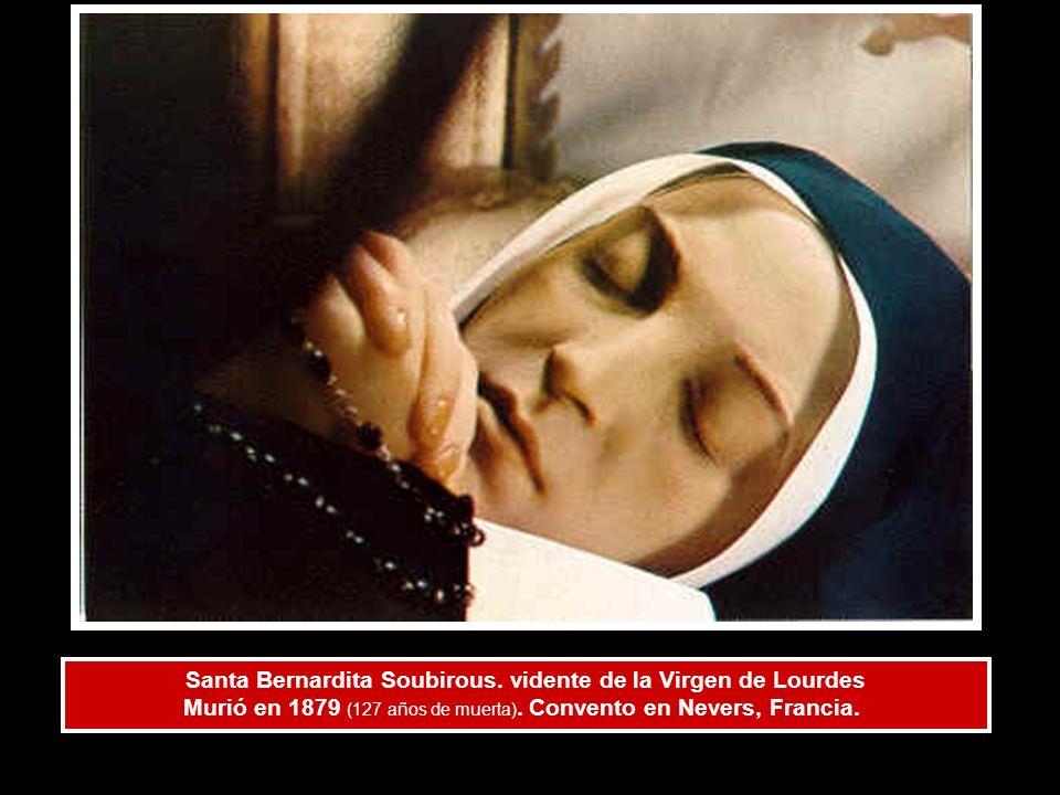 Santa Bernardita Soubirous. vidente de la Virgen de Lourdes Murió en 1879 (127 años de muerta). Convento en Nevers, Francia.