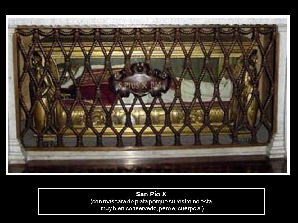 San Pío X (con mascara de plata porque su rostro no está muy bien conservado, pero el cuerpo si)