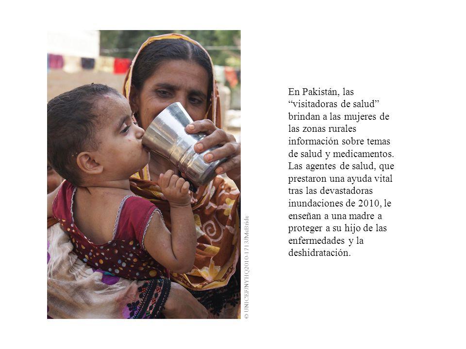 En Pakistán, las visitadoras de salud brindan a las mujeres de las zonas rurales información sobre temas de salud y medicamentos.