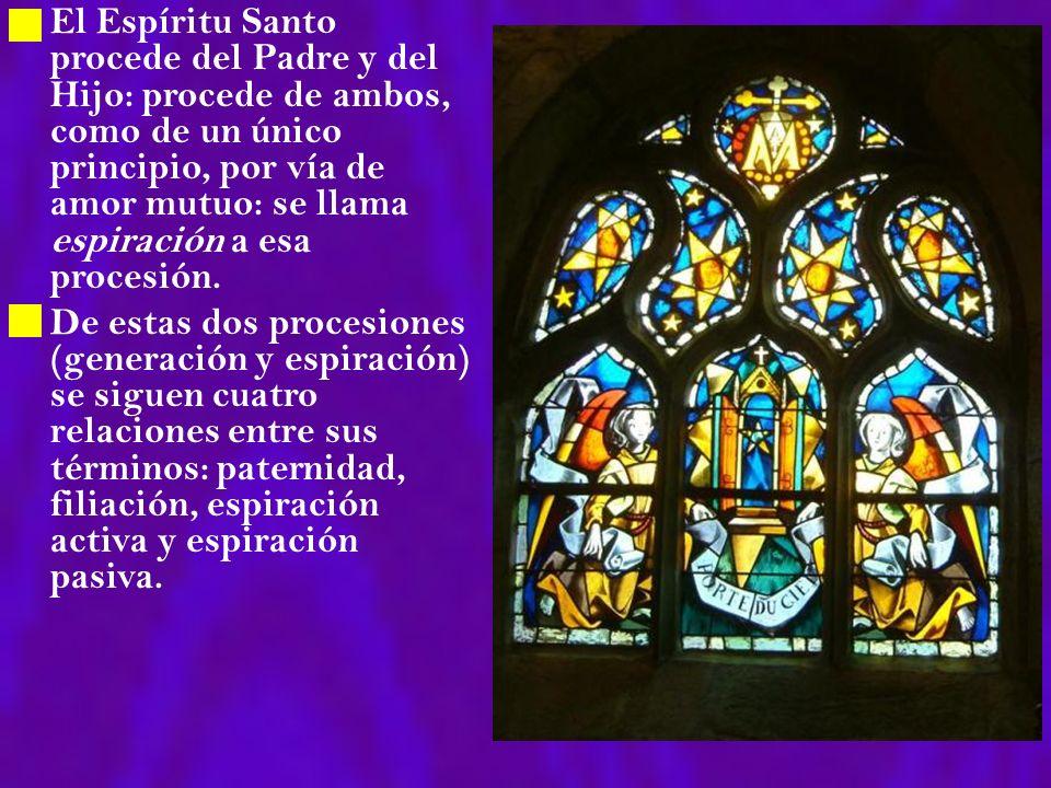 El Espíritu Santo procede del Padre y del Hijo: procede de ambos, como de un único principio, por vía de amor mutuo: se llama espiración a esa procesi