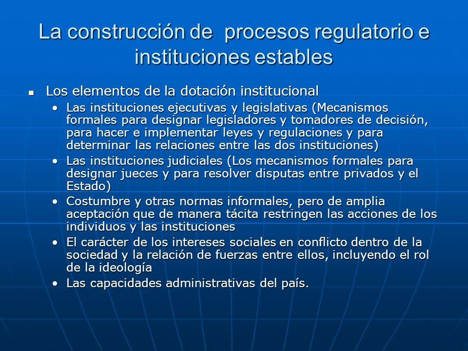 Los actores de la regulación Como operacionalizar los conceptos de Gobierno y sector privado, Joan Prats ha propuesto concebir dicha relación como conformada por 3 actores Como operacionalizar los conceptos de Gobierno y sector privado, Joan Prats ha propuesto concebir dicha relación como conformada por 3 actores Los legisladores (que en nuestro caso incluiría tanto el Poder Legislativo como el Ejecutivo en su dimensión de colegislador) por la que debe entenderse la coalición legislativa que origina la regulación como las coaliciones sucesivas que tienen el poder de modificarlas)Los legisladores (que en nuestro caso incluiría tanto el Poder Legislativo como el Ejecutivo en su dimensión de colegislador) por la que debe entenderse la coalición legislativa que origina la regulación como las coaliciones sucesivas que tienen el poder de modificarlas) Los administradores, que son los directivos y funcionarios ejecutivos con participación directa o relevante en la toma de decisiones concernientes al marco regulador; yLos administradores, que son los directivos y funcionarios ejecutivos con participación directa o relevante en la toma de decisiones concernientes al marco regulador; y Los diversos grupos de interesados en la elaboración y forma de aplicación de la regulación, en tanto que perceptores de las cargas y beneficios derivados de la intervención reguladora.Los diversos grupos de interesados en la elaboración y forma de aplicación de la regulación, en tanto que perceptores de las cargas y beneficios derivados de la intervención reguladora.