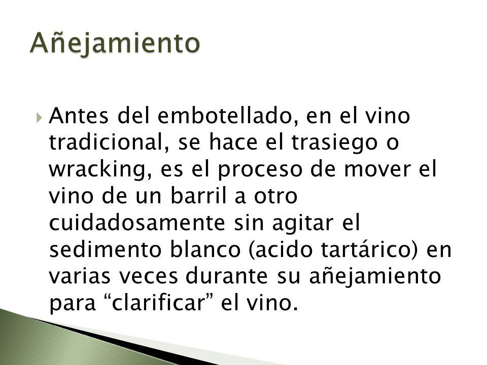 Antes del embotellado, en el vino tradicional, se hace el trasiego o wracking, es el proceso de mover el vino de un barril a otro cuidadosamente sin a