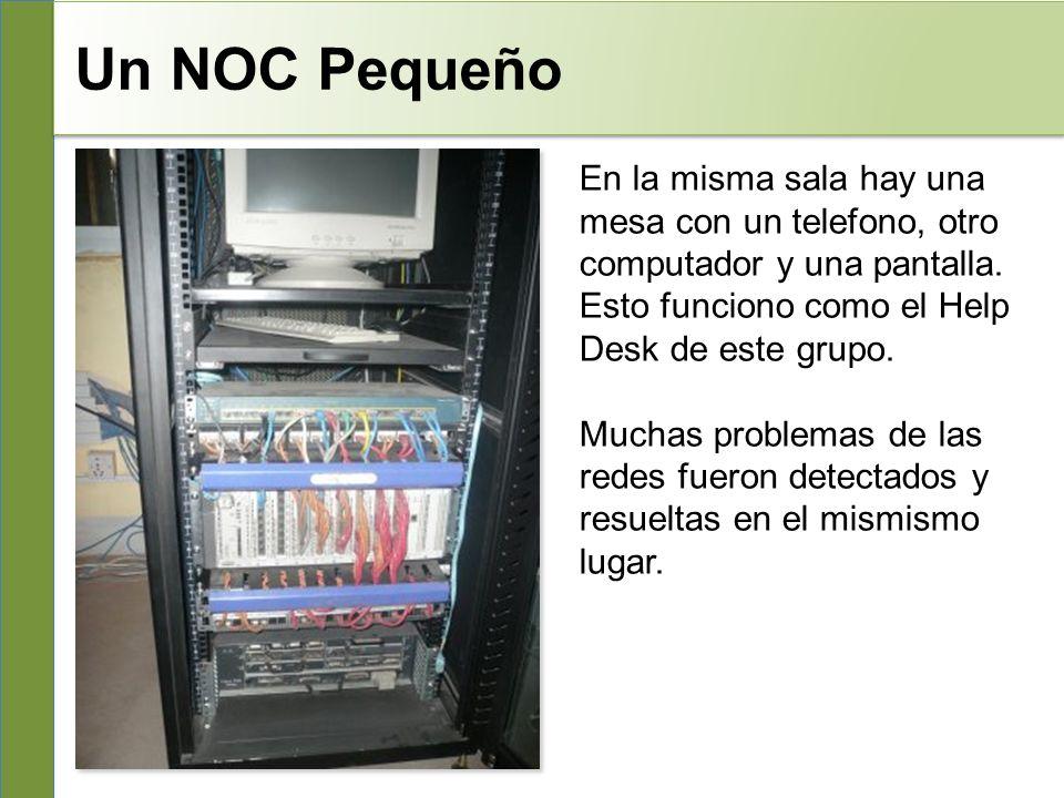 Un NOC Pequeño En la misma sala hay una mesa con un telefono, otro computador y una pantalla.