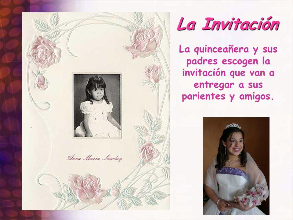 La Invitación La quinceañera y sus padres escogen la invitación que van a entregar a sus parientes y amigos.