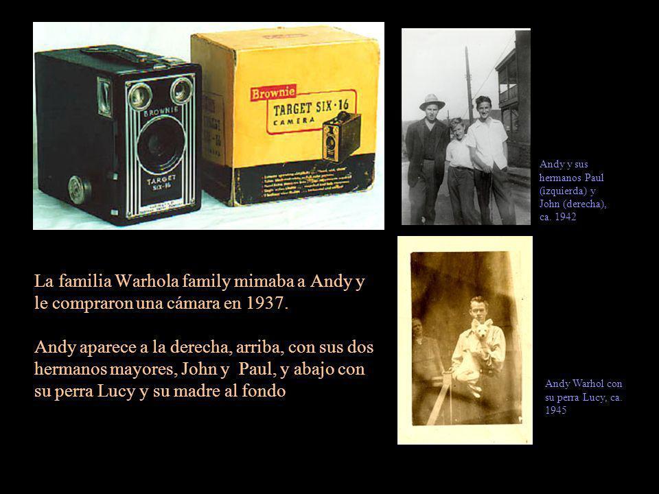 La familia Warhola family mimaba a Andy y le compraron una cámara en 1937. Andy aparece a la derecha, arriba, con sus dos hermanos mayores, John y Pau