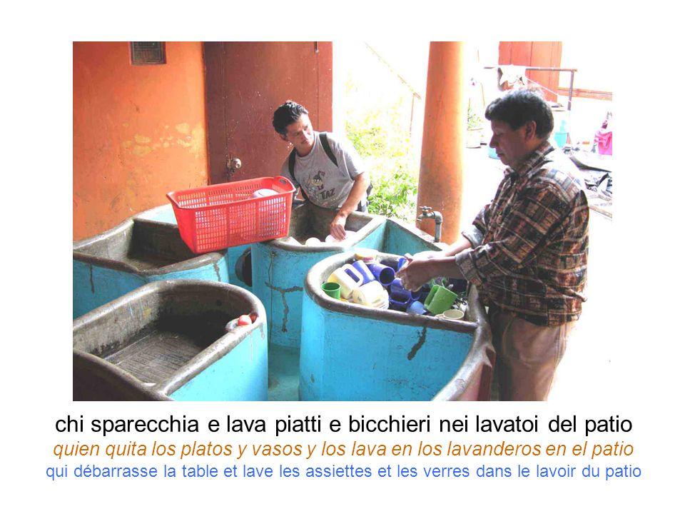 chi sparecchia e lava piatti e bicchieri nei lavatoi del patio quien quita los platos y vasos y los lava en los lavanderos en el patio qui débarrasse